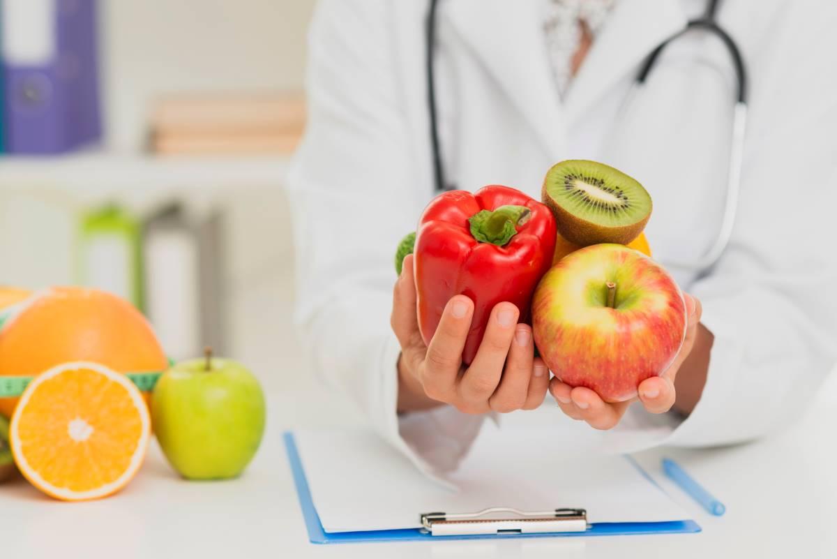 medico con verduras