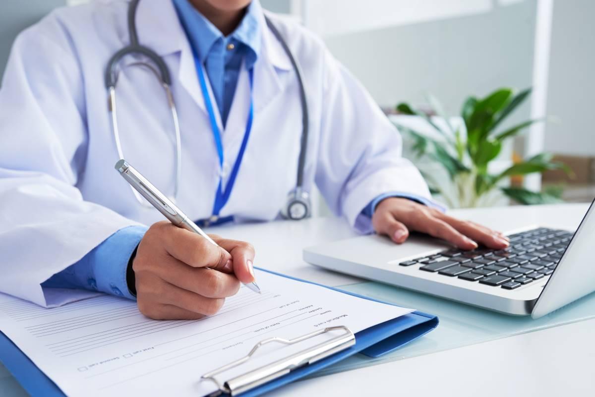 medico en consulta